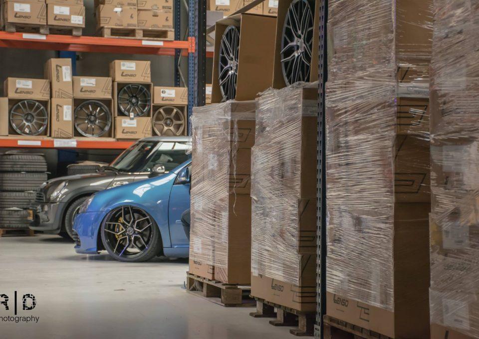 Auto in magazijn met lichtmetalen velgen